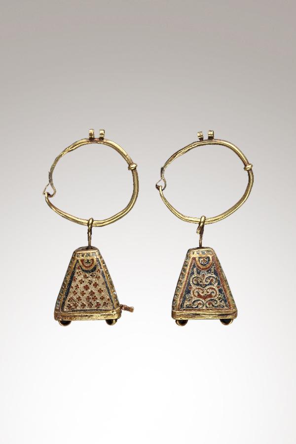Ohrringe aus Gold und Emaille